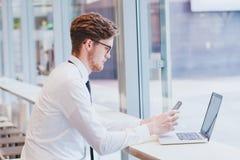 Meddelande för email för affärsman läs- på mobiltelefonen fotografering för bildbyråer
