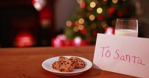 Meddelande för glad jul som visas i snöig landskap arkivfilmer