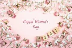 Meddelande för hälsning för dag för kvinna` s med den blom- ramen och datumet plan la Arkivfoto