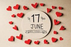 17 meddelande för Juni lyckligt faderdag med små hjärtor royaltyfri foto