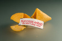 Meddelande för rådgivning för framgång för förmögenhetkaka kraftigt royaltyfria foton