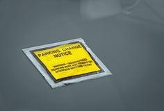 Meddelande för straff för bilparkeringsladdning Arkivbild