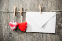 Meddelande och röda hjärtor på klädstrecket royaltyfri foto