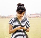meddelande som mottar överföra textkvinnan Fotografering för Bildbyråer