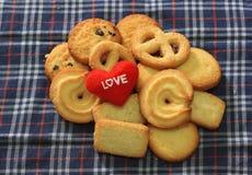 Meddelandeförälskelse dig och kakor för valentin dag Royaltyfri Fotografi