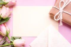 Meddelandekort med blommor och gåvan royaltyfri bild