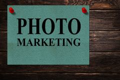 Meddelanden 'FOTOMARKNADSFÖRING 'som är skriftlig på dokument med olika förslagställningar som en annonsering på en träyttersida arkivbilder