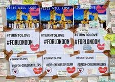 Meddelanden och blom- hedersgåvor till offren av London överbryggar terroristattacker Arkivfoton
