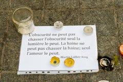 Meddelanden, stearinljus och blommor i minnesmärken för offren Royaltyfria Bilder