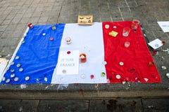 Meddelanden, stearinljus och blommor i minnesmärken för offren Royaltyfri Foto