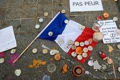 Meddelanden, stearinljus och blommor i minnesmärken för offren Arkivfoton