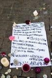 Meddelanden, stearinljus och blommor i minnesmärken för offren Royaltyfri Bild