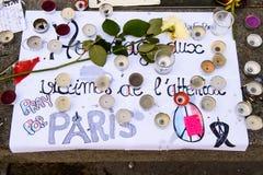 Meddelanden, stearinljus och blommor i minnesmärken för offren Royaltyfria Foton