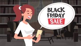 Meddelandet för den Black Friday Sale pratstundbubblan från flickan som använder ferie för den cellSmart telefonen, avfärdar bane Fotografering för Bildbyråer