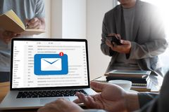 Meddelandet för postkommunikationsanslutning till att posta kontakter ringer Fotografering för Bildbyråer