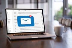 Meddelandet för postkommunikationsanslutning till att posta kontakter ringer arkivfoton