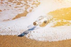 Meddelandet i en flaska tvättade sig upp vid havet Arkivfoto
