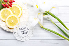 Meddelandet tycker om din dag med härliga blommor, och citronen skivar nolla arkivfoton