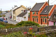 Mede Doolin Village, De kustlijn van de Atlantische Oceaan dichtbij Ballyvaughan, Co stock afbeelding