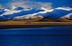 Mede het meer & nyainqentanglhabergen van Nam stock afbeelding