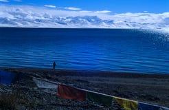 Mede het meer & nyainqentanglhabergen van Nam Stock Afbeeldingen