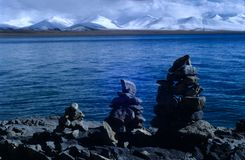 Mede het meer & nyainqentanglhabergen van Nam Royalty-vrije Stock Fotografie