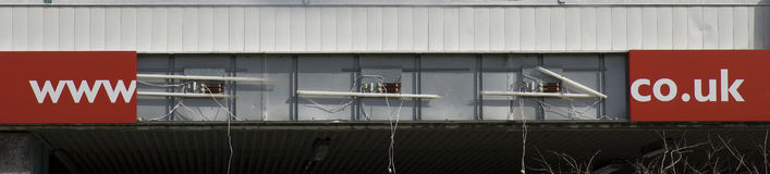 Mede Www het UK op bar op rode achtergrond bij de bouw wordt geschreven die Manch Stock Fotografie