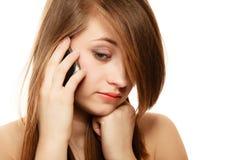 Mededeling Droevig meisje die op mobiele telefoon spreken Stock Afbeeldingen
