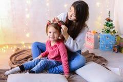 Mededeling van oudere vrouwelijke zuster met jongste meisjeszitting Stock Fotografie