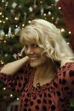 Medelålderkvinna på jul Royaltyfri Fotografi