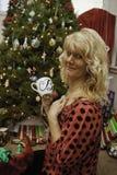 Medelålderkvinna på jul Royaltyfri Foto