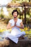 Medelålderkvinnameditation Arkivbild