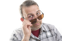 Medelålders Caucasian manlig emotionell stående med ett verkligt blåmärke arkivfoto