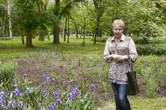 Medelålders kvinna i en park Royaltyfri Fotografi