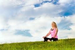 Medelålders kvinna i henne meditera för 40-tal Arkivbild