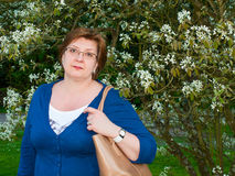 Medelålders kvinna i parkera Arkivbild