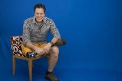 Medelålders man, handikappat som är lycklig med liv arkivfoto