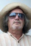 Medelålders man med hatten och solglasögon arkivfoton