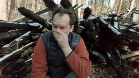 Medelålders man som gråter på brandkatastrofen arkivfilmer