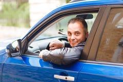 Medelålders man som kör en bil royaltyfri bild