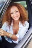 Medelålders rödhårig mankvinna i bil Royaltyfri Fotografi