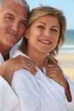 Medelåldersa par på stranden Arkivbilder