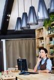 Medelålderst shoppa ägaren med Smartphone Royaltyfri Foto