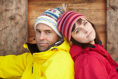 Medelåldriga par som kläs för kallt väder Royaltyfri Foto