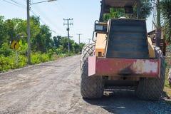 Medel för vägkonstruktion på den grova lantliga vägen Royaltyfri Bild