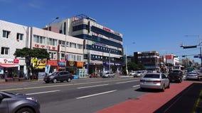 Medel som kör på gatan på centret i Busan, Korea stock video
