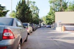Medel som parkeras i parkeringsplats Arkivfoton