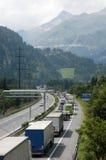 Medel som väntar i linjen för att skriva in Gotthard, gräver Royaltyfri Fotografi