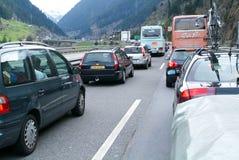 Medel som väntar i linjen för att skriva in Gotthard, gräver Arkivfoto