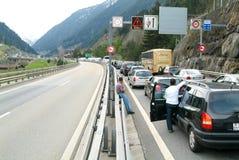 Medel som väntar i linjen för att skriva in Gotthard, gräver Arkivfoton